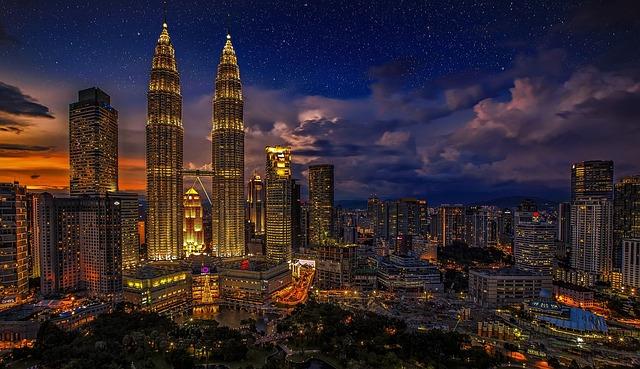 La capitale malaisienne Kuala Lumpur et ses fameuses tours jumelles Petronas