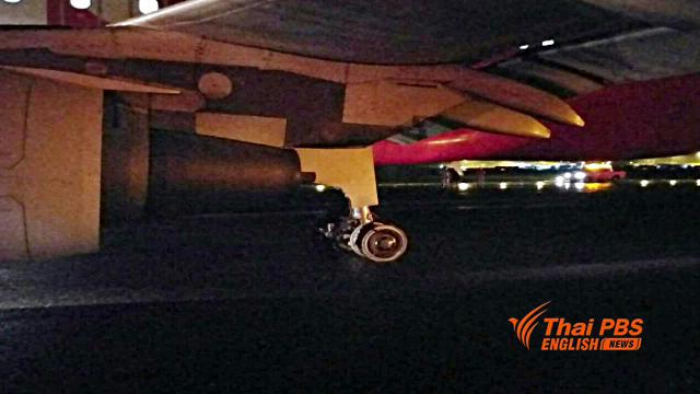 Une photo de l'avion Air Asia après qu'un de ses pneus ait éclaté en atterrissant à U-Tapao