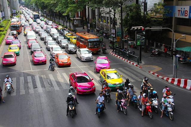Vue sur une artère de Bangkok, ses nombreux taxis et ses bouchons