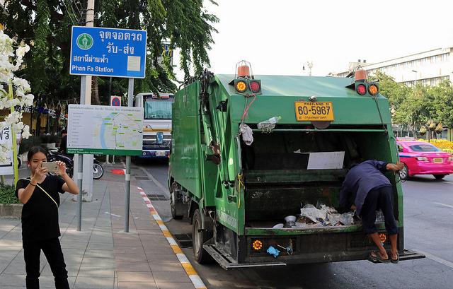 Un camion poubelle dans les rues de Bangkok, la capitale thaïlandaise
