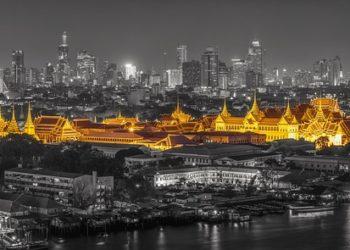 Vue de nuit sur le Grand Palais à Bangkok, l'une des principales attractions pour les touristes dans la ville