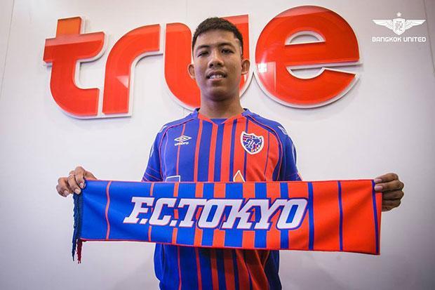 Le jeune footballeur (milieu de terrain) du Bangkok United Jakkit Wachpirom part en prêt au FC Tokyo