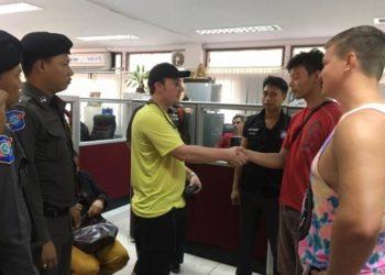 Les deux hommes ont été poursuivis et condamnés à 2000 baht d'amende chacun pour s'être battus sur la voie publique