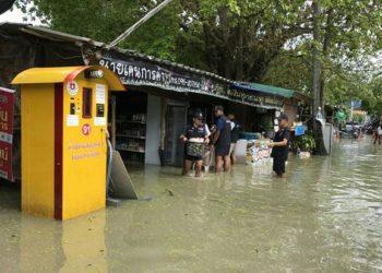 La police locale vient aider les habitants à déplacer leurs affaires sur l'île de Koh Lipe, samedi