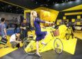 Une jeune femme essaie un vélo Ofo lors d'une exposition à Pékin