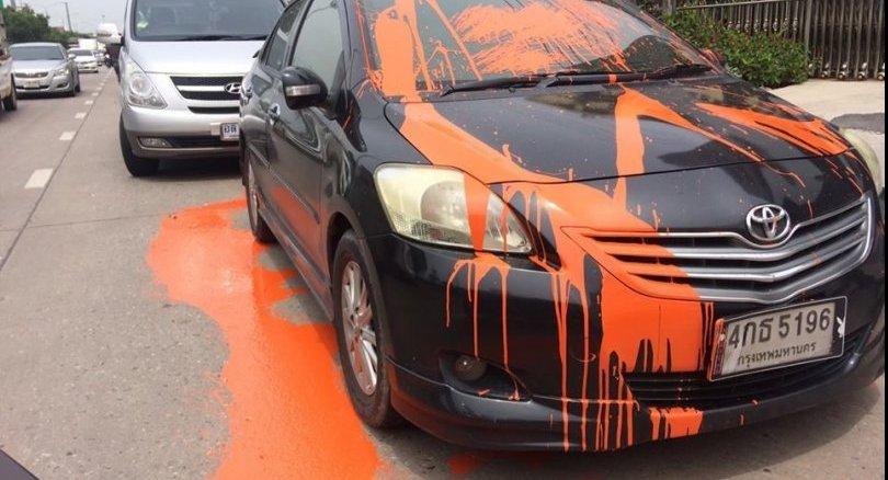 Un homme a été arrêté pour avoir jeté de la peinture orange sur un véhicule mal stationné devant sa maison