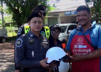 Les policiers de Chanthaburi ont décidé d'offrir des casques aux conducteurs de deux-roues