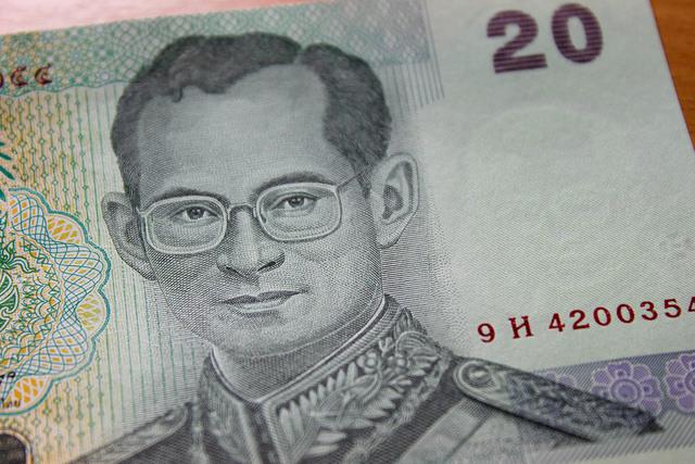 La banque Thanachart Bank propose un livre de collection retraçant les différents billets de banque utilisés sous le règne de Sa Majesté le Roi Rama IX