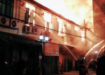 Un Incendie Dévaste 13 Maisons le Quartier Historique de Phraeng Nara à Bangkok