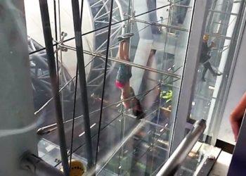 """Une Mystérieuse """"Femme Araignée"""" Escalade la Façade de l'Aéroport Suvarnabhumi"""