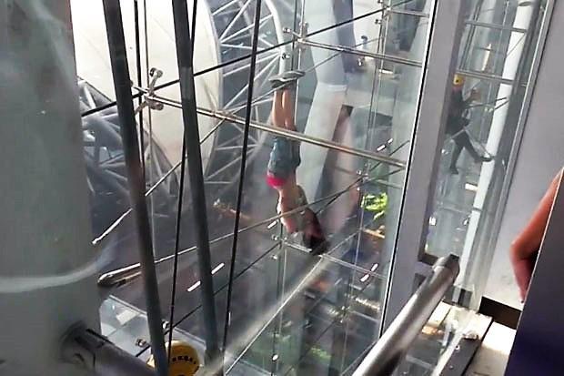 Mercredi, une femme non-identifiée a escaladé la façade de l'aéroport Suvarnabhumi de Bangkok