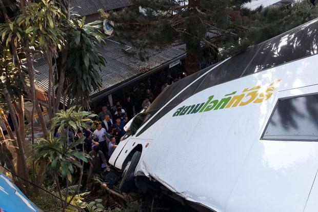 Lundi soir un bus a fait une sortie de route près du Doi Suthep à Chiang Mai