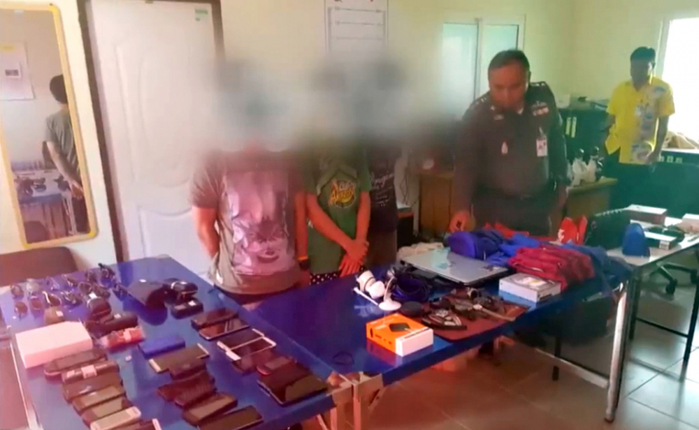 Trois personnes, dont deux bagagistes de l'aéroport de Phuket, ont été arrêtées pour vol