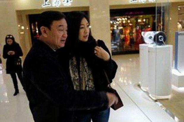 Les ex-premiers ministres Thaksin et sa sœur cadette Yingluck Shinawatra, aperçus récemment au Japon sur cette photo diffusée sur les réseaux sociaux, ont été vus mardi à Singapour.