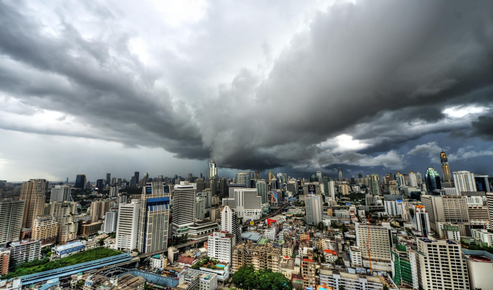 Le ciel gris et la pluie arrivent sur Bangkok