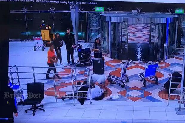 Un ressortissant américain a été arrêté après avoir agressé l'employé d'un hôtel à l'aéroport Suvarnabhumi de Bangkok