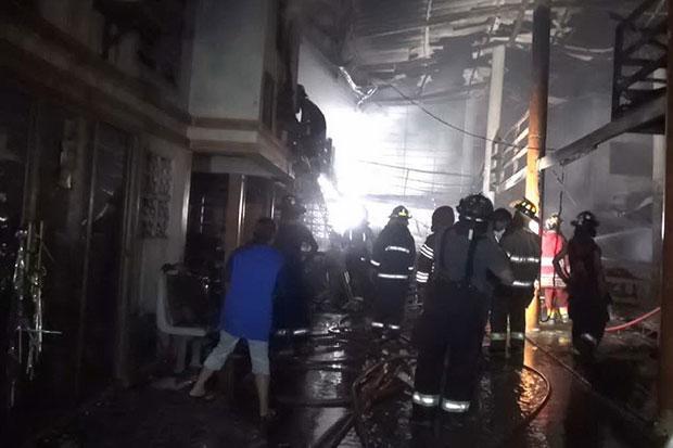 Un incendie a ravagé une usine de sièges pour voitures à Samut Prakan, samedi soir