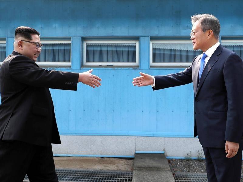 Le président nord-coréen Kim Jong Un et le président sud-coréen Moon Jae se serrent historiquement la main, un événement salué par la Thaïlande