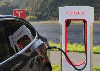 Un propriétaire de Tesla se voit retirer son permis après un incident de conduite autonome