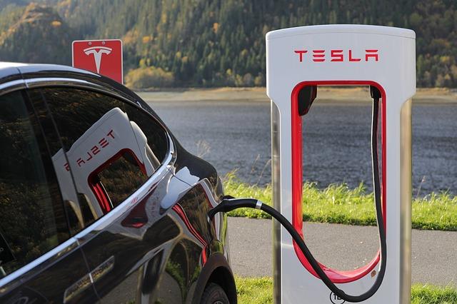 Le conducteur d'une voiture Tesla en Grande-Bretagne, qui a été surpris sur une vidéo en train de passer sur le siège passager alors que son véhicule était en pilotage automatique, a reçu une suspension de permis de 18 mois pour conduite dangereuse.