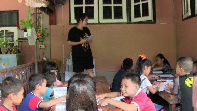 Une enseignante a été félicitée pour proposer des cours de langues gratuits aux enfants des zones reculées d'Ang Thong