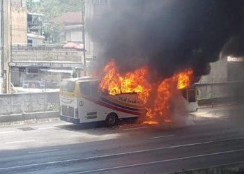 Bangkok : un bus de touristes prend feu sur l'autoroute