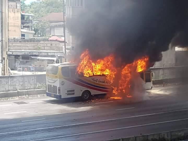 Un bus transportant des touristes taïwanais a subitement pris feu sur une autoroute de Bangkok