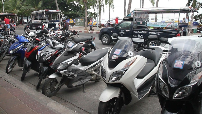 La police de Pattaya veut davantage sanctionner les touristes sans permis et les agences de location de scooter