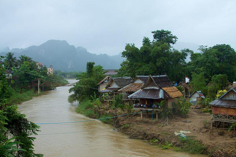 Le paysage pittoresque des montagnes karstiques de Vang Vieng au Laos