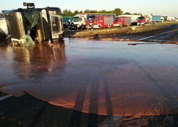 Des tonnes de chocolat liquide se déversent sur une route en Pologne (Vidéo)