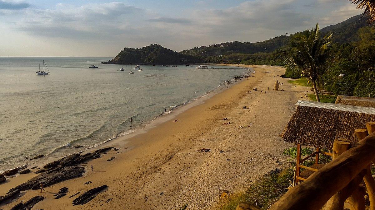 La plage de Kan Tiang Beach, sur l'île de Koh Lanta, province de Krabi