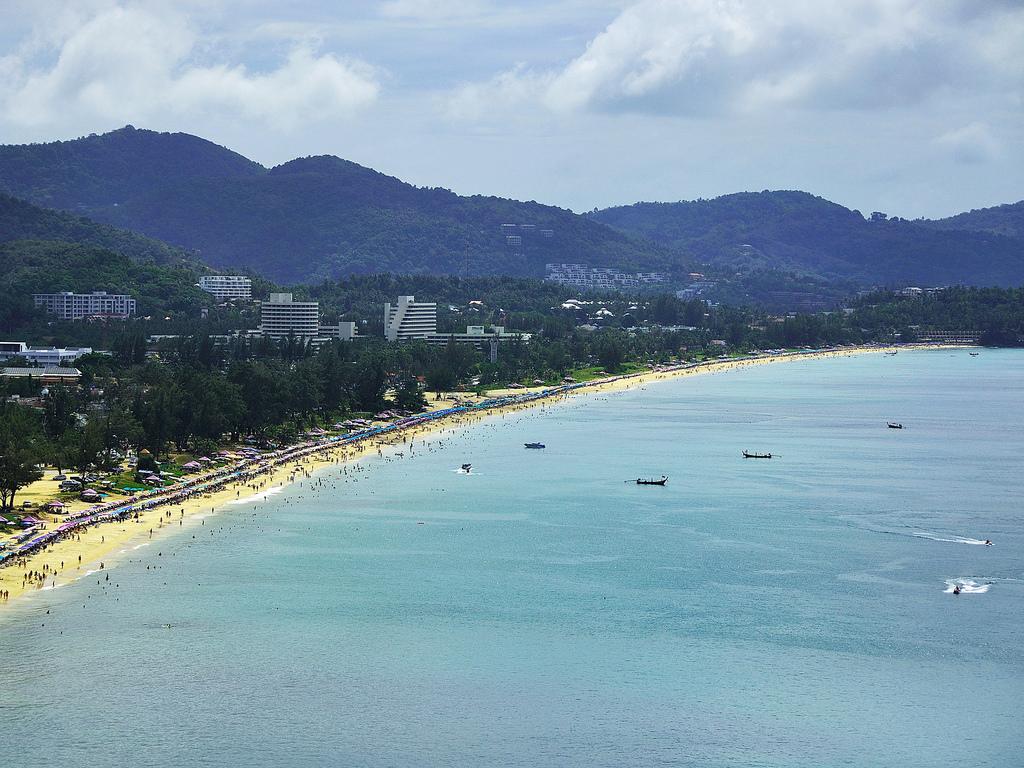 La baie de Karon Beach, dans la province de Phuket