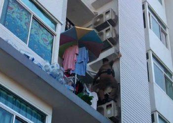 Un policier thaïlandais escalade un condo pour sauver des flammes une femme enceinte