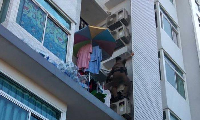 Un policier thaïlandais n'a pas hésité à escalader un condominium pour porter secours à une femme enceinte, alors qu'elle était coincée par un incendie