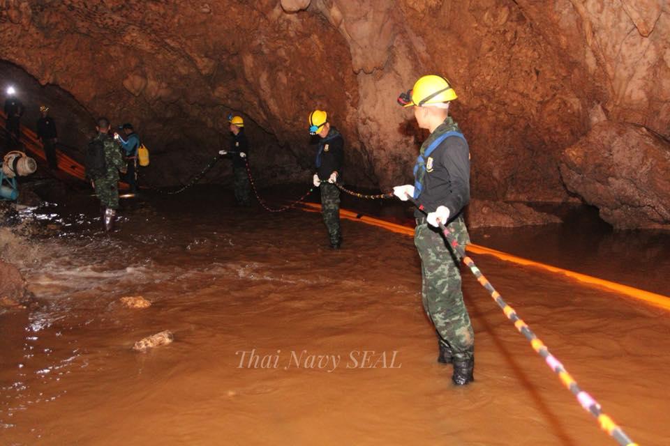 Les autorités ont officiellement lancé l'opération d'évacuation des 13 personnes coincées dans la grotte de Tham Luang, en Thaïlande