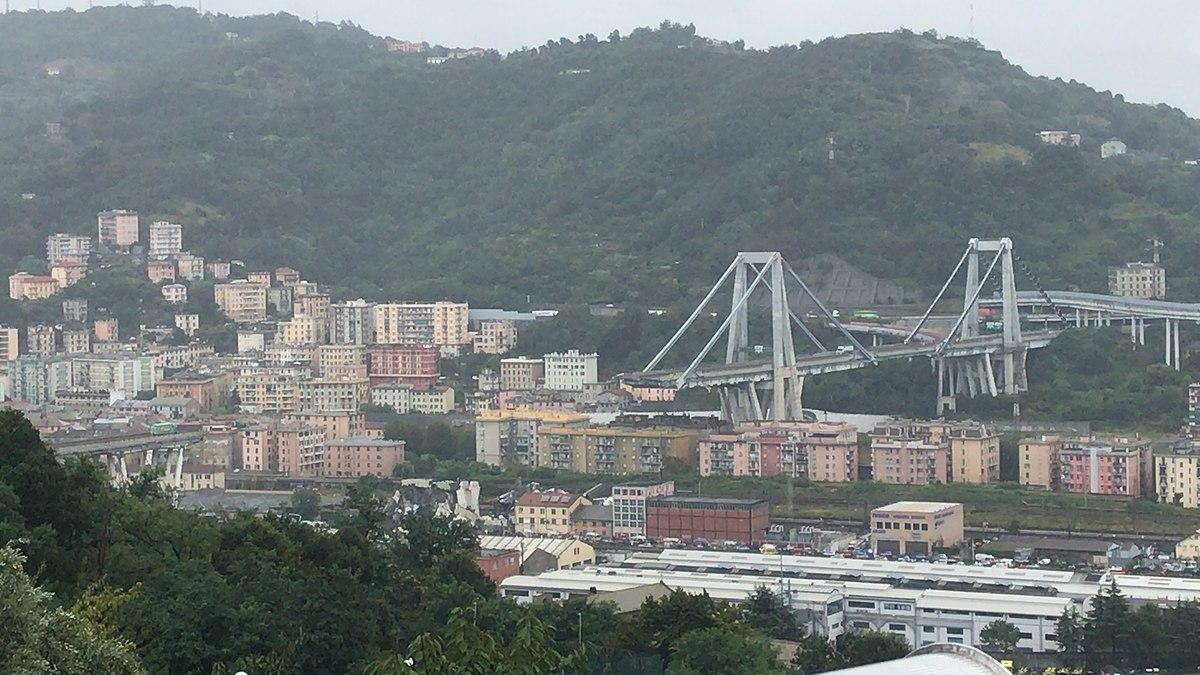 Vue d'ensemble du pont Morandi le jour de la catastrophe à Gênes, Italie, mardi. Depuis lors, le nombre de victimes est passé à 43.