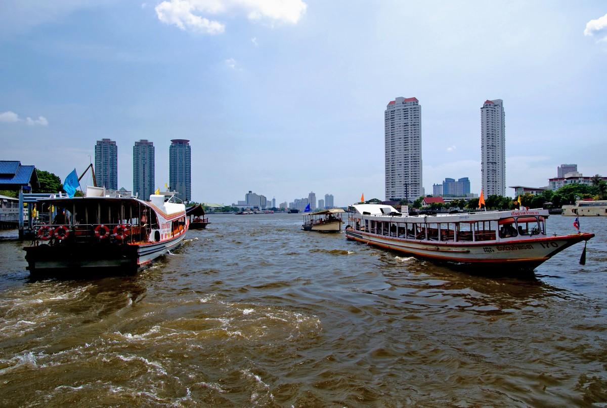 Le Chao Phraya traverse Bangkok et il est essentiel au quotidien de ses habitants