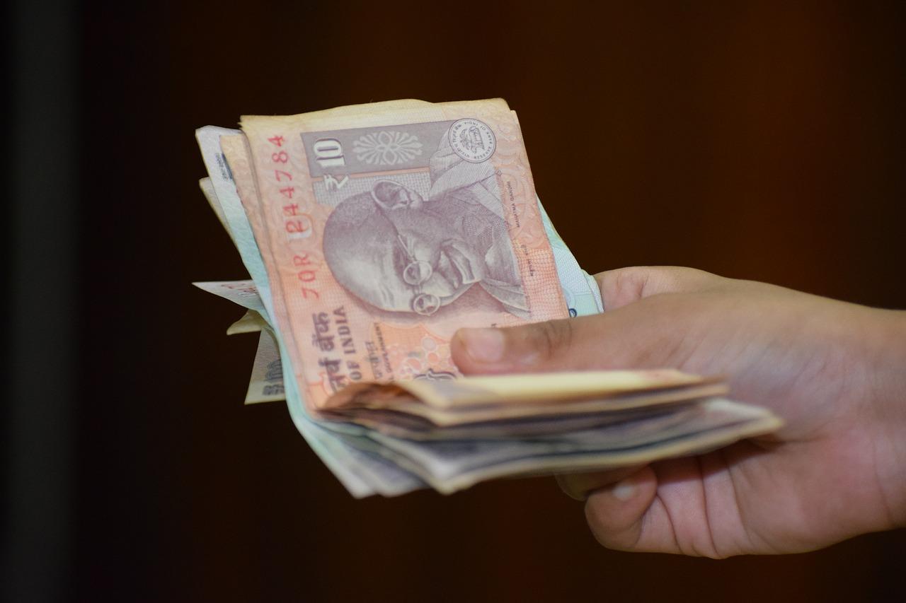 La valeur de la roupie indienne a de nouveau chuté jeudi à 70,81 pour un dollar. Cette baisse est due en grande partie à la hausse des cours du pétrole.