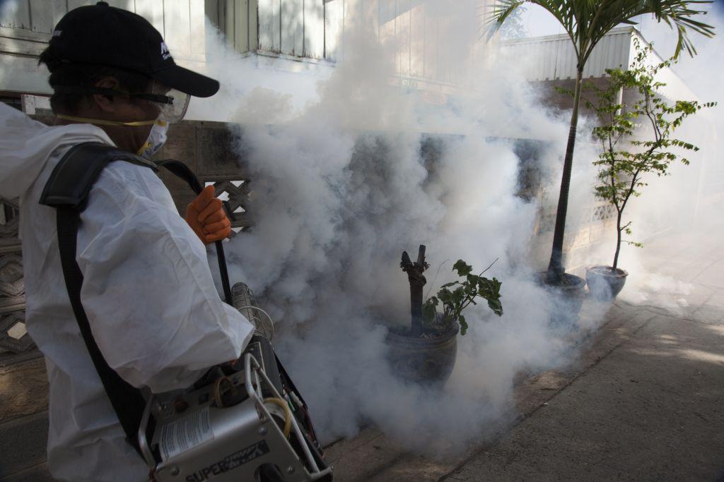 Une opération de nébulisation anti-moustiques menée par le personnel de Santé Publique chargé de la lutte contre la dengue près de Bangkok