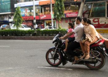 """Bangladesh : """"pas de casque, pas de carburant"""" pour les motocyclistes"""