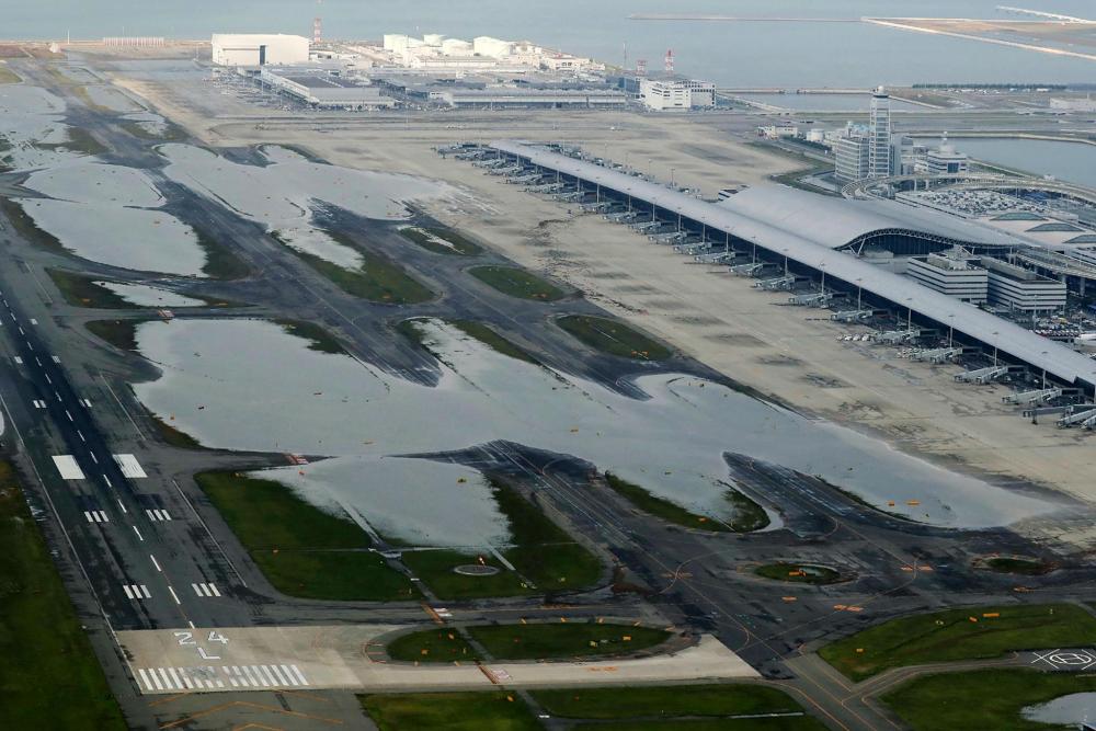 Vue aérienne de l'aéroport international du Kansai d'Osaka inondé le 5 septembre après le passage du typhon Jebi