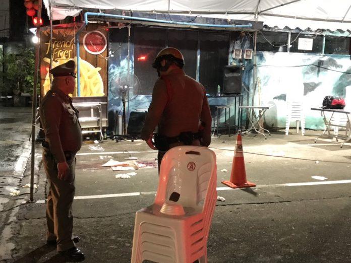 Des policiers sur les lieux de la fusillade dimanche soir, près d'un centre commercial du centre de Bangkok, Thaïlande