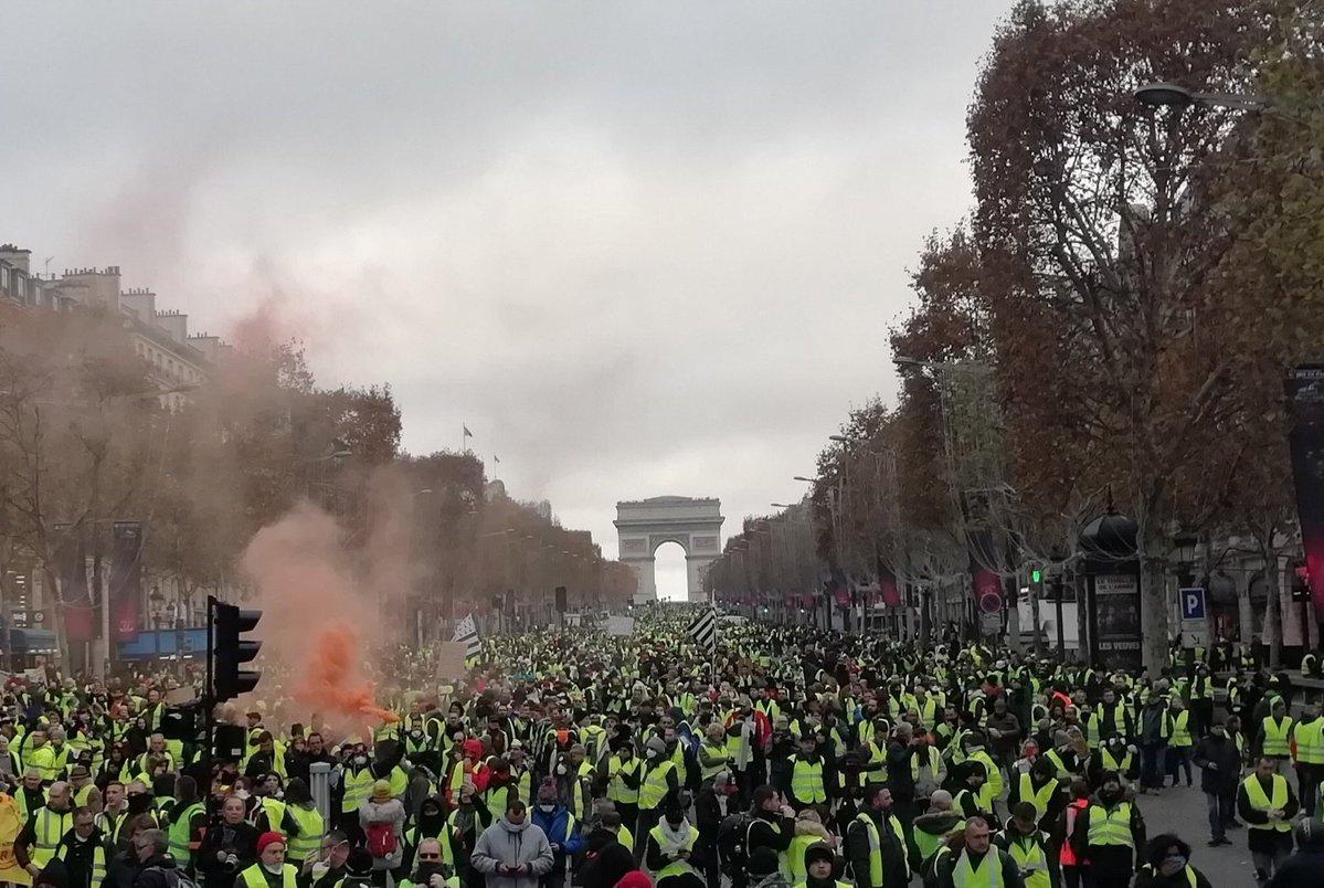 """Face aux manifestations des gilets jaunes, Emmanuel Macron veut proposer un """"pacte social"""" pour favoriser la transition écologique"""