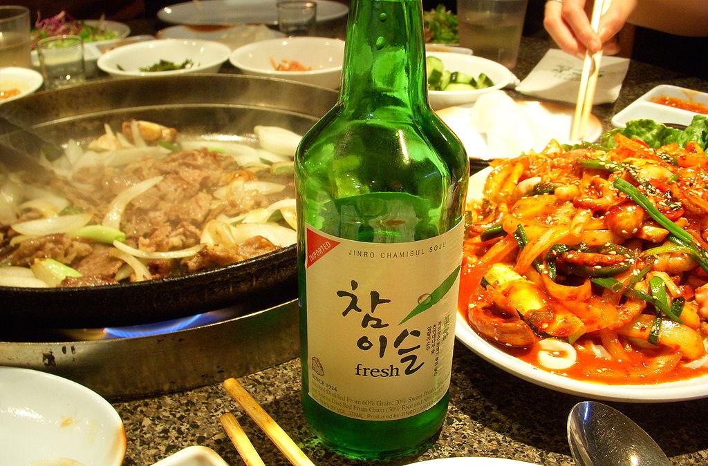 Une bouteille d'alcool coréen soju consommée pendant un repas au restaurant