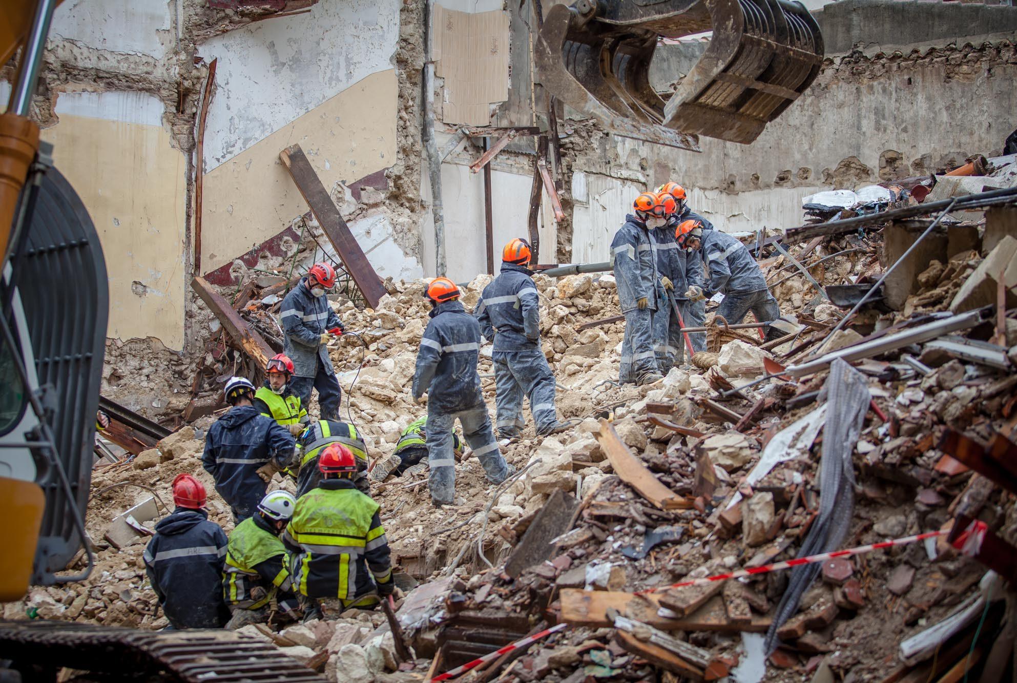 Les équipes de sauvetage travaillent à proximité des immeubles effondrés lundi à Marseille