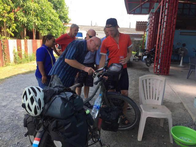 Un jeune homme originaire des Pays-Bas a parcouru 18 000 km à vélo pour rendre visite à son père qui vit en Thaïlande