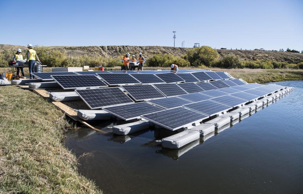 Dans une Asie du Sud-Est où les terres se font rares, les panneaux solaires flottent sur l'eau