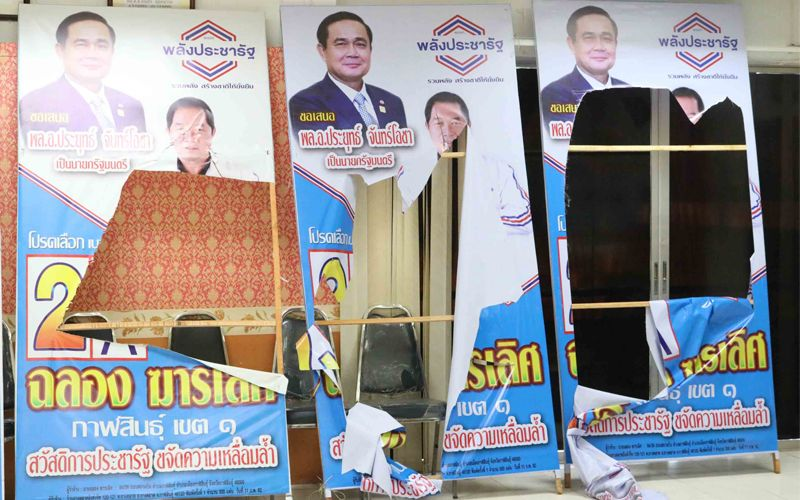 Thaïlande : sa petite amie fait passer la politique avant l'amour, il détruit des affiches électorales