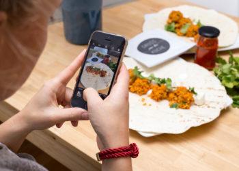 Les Français agacés par l'utilisation de smartphones au restaurant