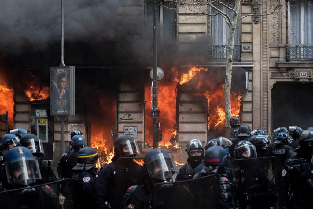 Gilets jaunes : un Acte XVIII marqué par de violents affrontements et incendies sur les Champs-Élysées